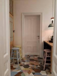 Превръщане на старо жилище в центъра на софия в airbnb студио